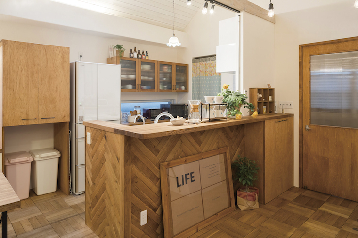 ヘリンボーンの壁のあるキッチン