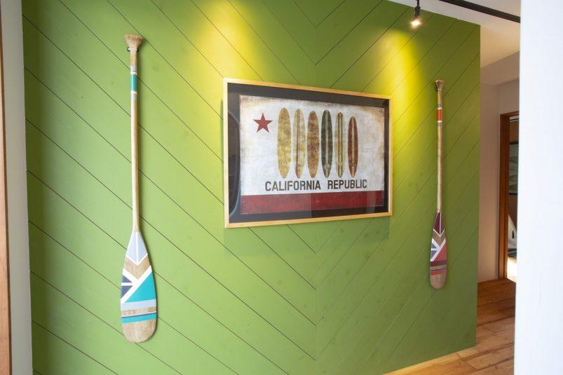 グリーンなヘリンボーンの壁