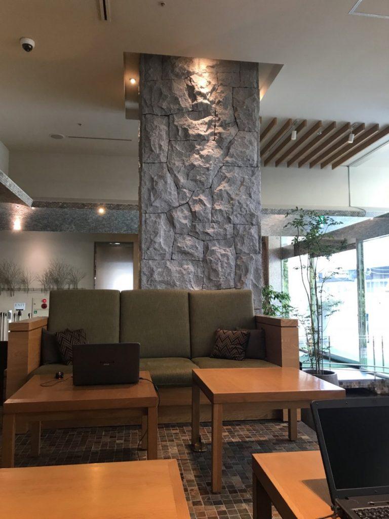 壁の一面に貼られている石
