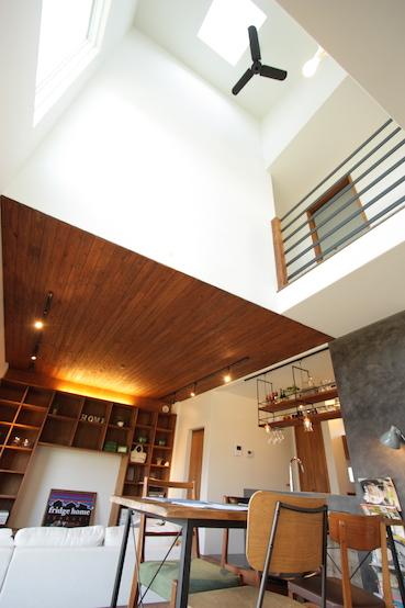 天井のたかい空間とシーリングファン