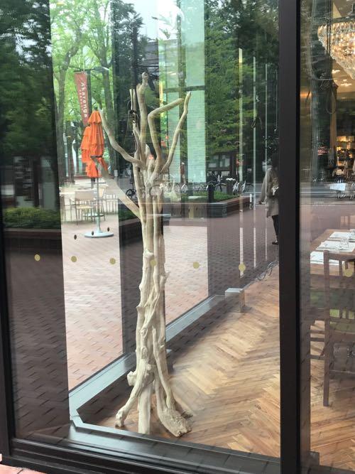 飲食店内にディスプレイされた流木アート