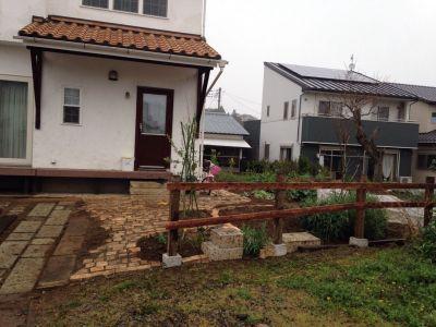 木の板をはり付けられたフェンス