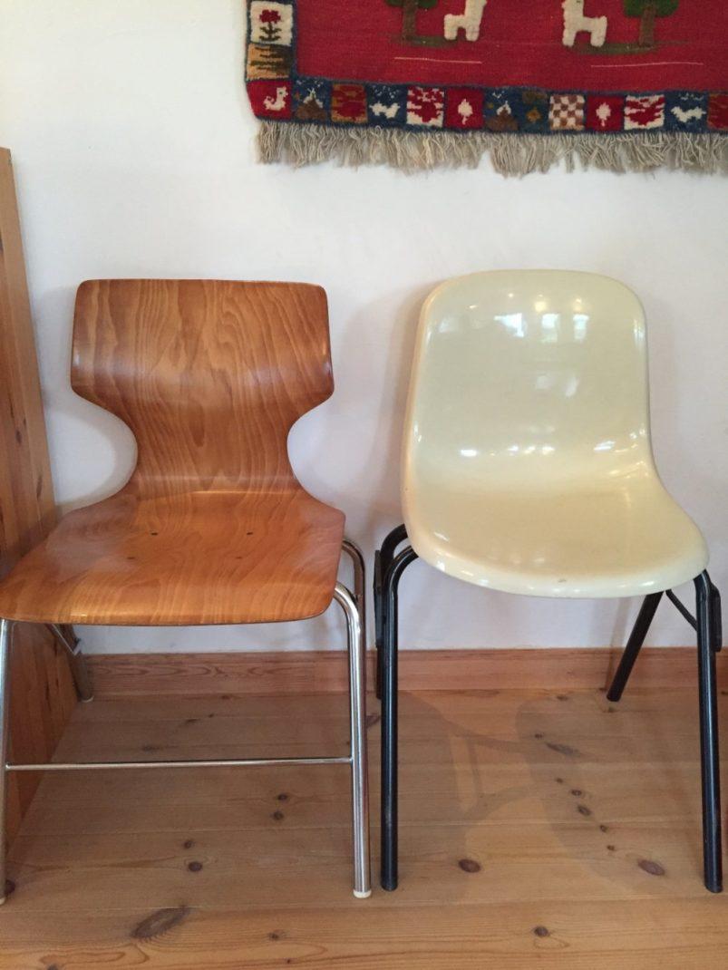 FRPの座面の椅子とシルバーのフレームの椅子