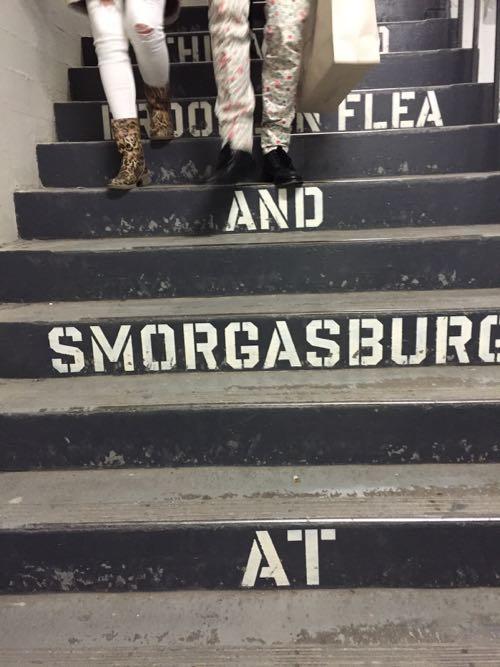 階段の立ち上がりのところに書かれたステンシル