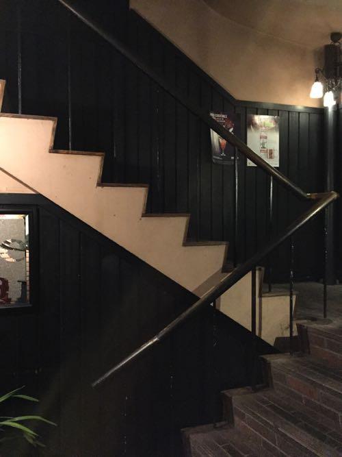 昔の雑居ビルなどで見かける階段