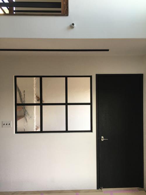 リビングダイニングの一角にあるドアと窓