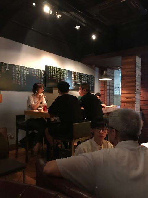 洋と和の融合したテイストの飲食店の内装