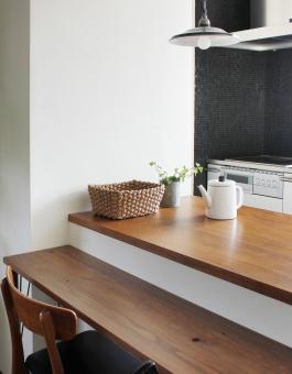 木の質感がすてきなキッチンカウンター