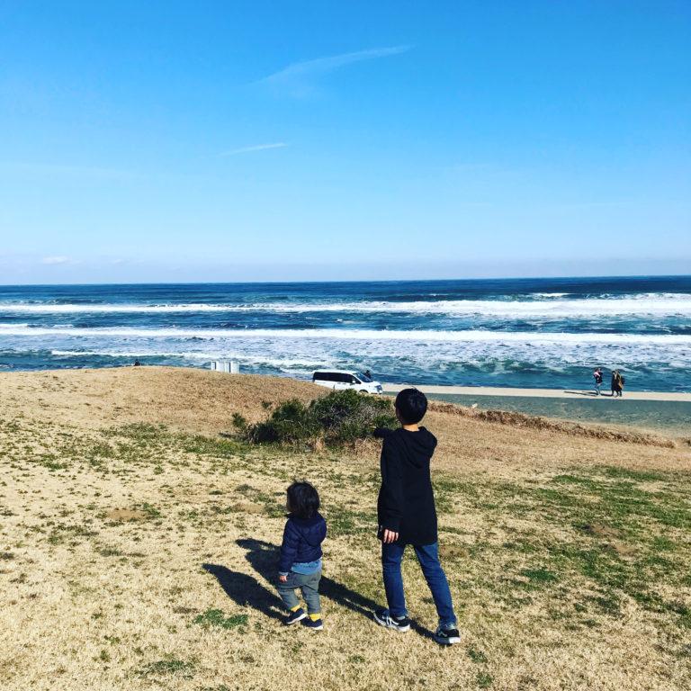 海岸沿いを歩くこどもたち