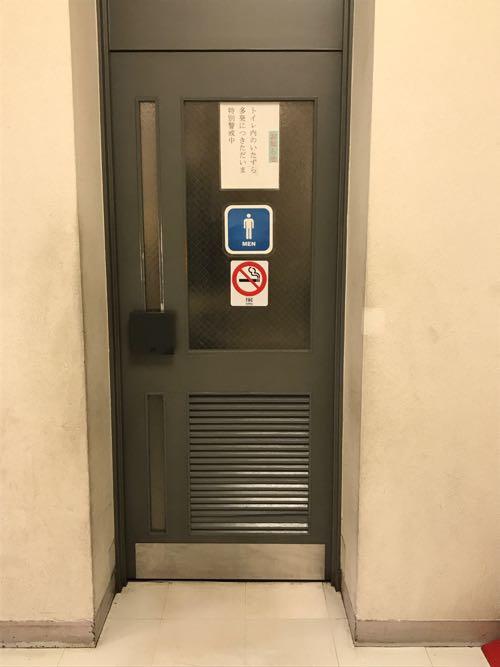 木質系のルーバー付きのドア