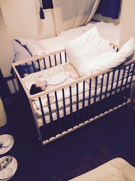 ベビーベットで赤ちゃんが寝ている写真