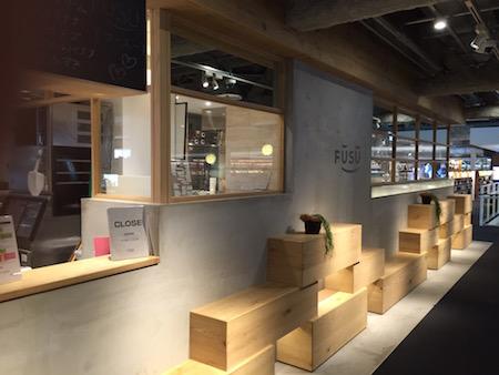 木枠の窓のカフェ