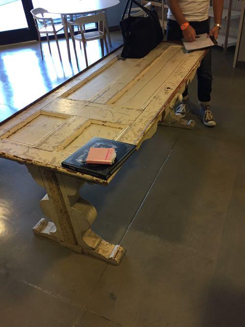 アンティークの台と足をつかったテーブル