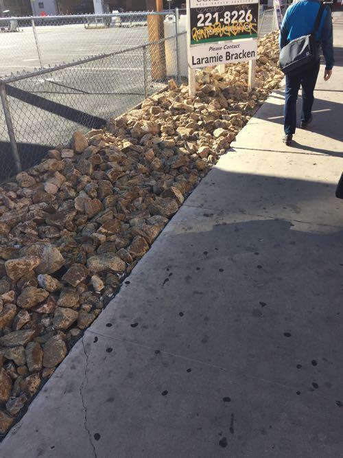庭の一部に石を敷き詰める