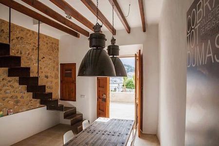 照明と階段の写真