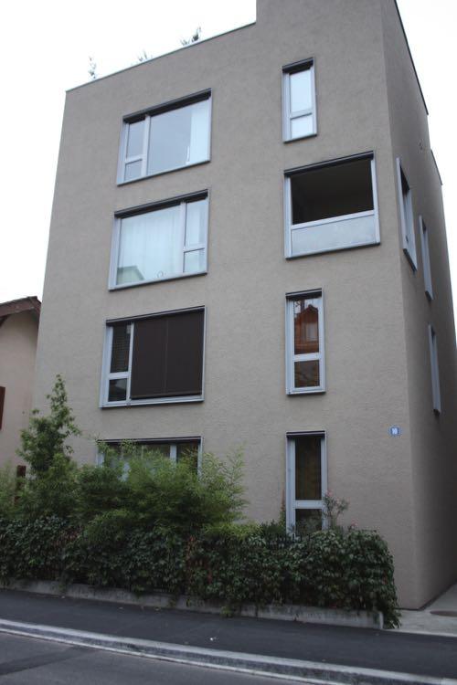 大きな窓がある建物