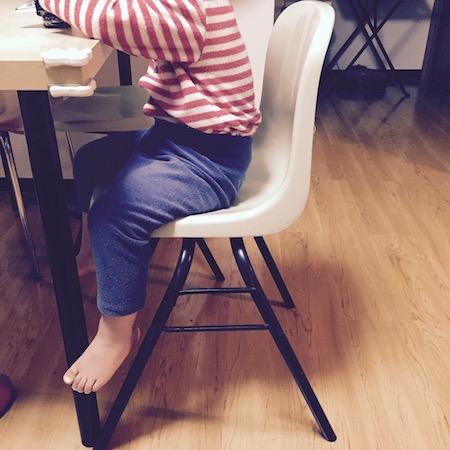 子供と椅子の写真