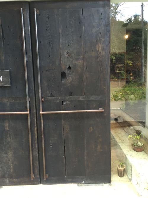 木のドアに鉄の取手