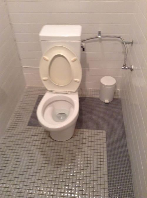 グレー色のタイルのトイレ