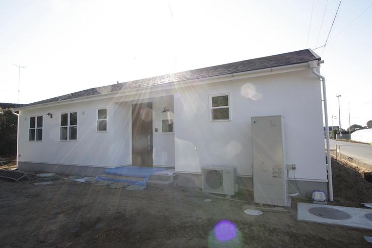 太陽光パネルが取り付けられる平屋の家
