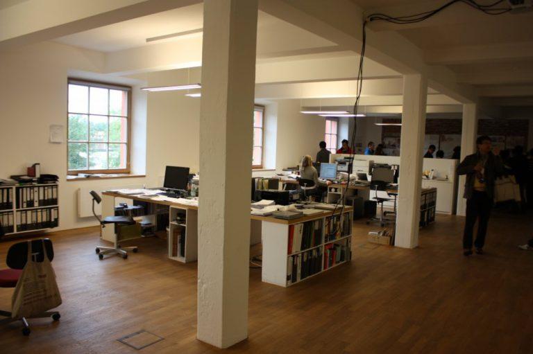 倉庫と改装したオフィス