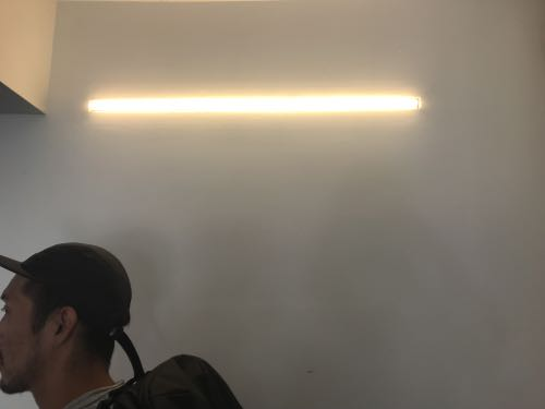 電球色のむき出しの照明器具