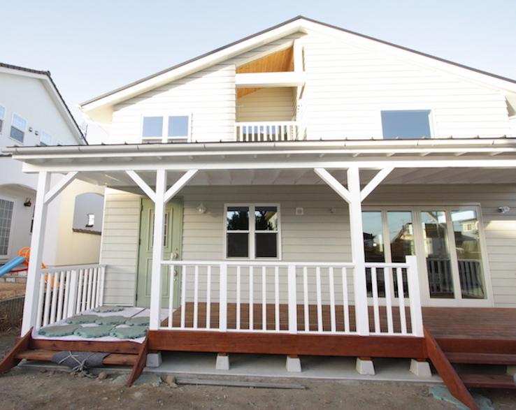 カバードポーチのあるカリフォルニア風サーファーズスタイルの家