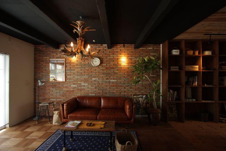 レンガの壁とビンテージ家具がかっこいい空間