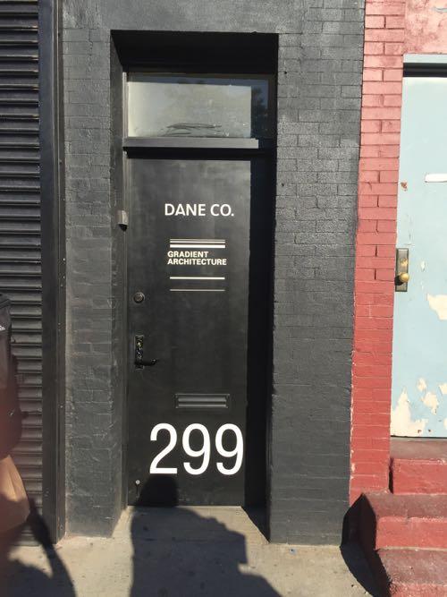 文字などがペイントされたドア