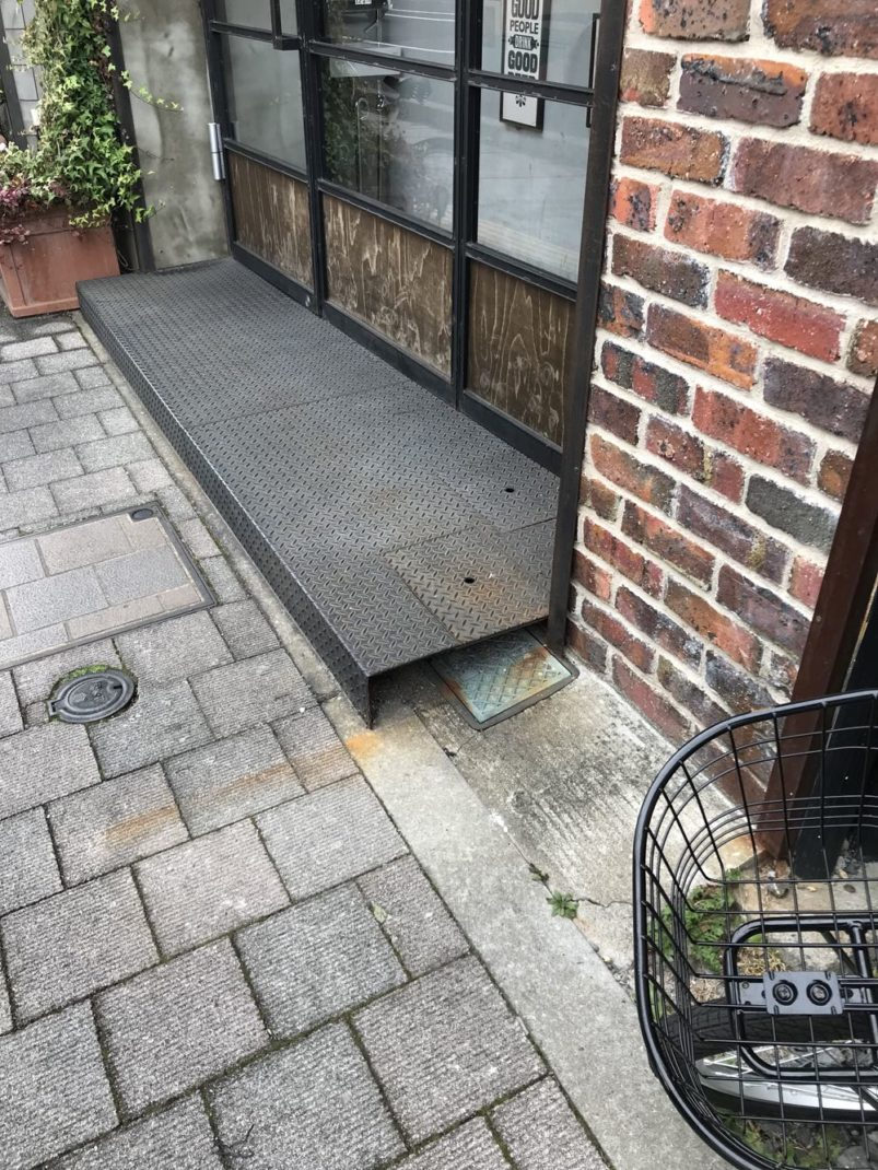 縞鋼板の入り口