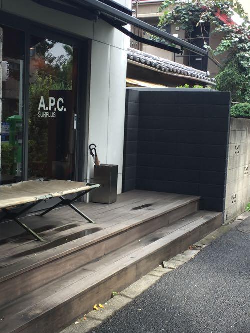 黒塗りのコンクリートブロック