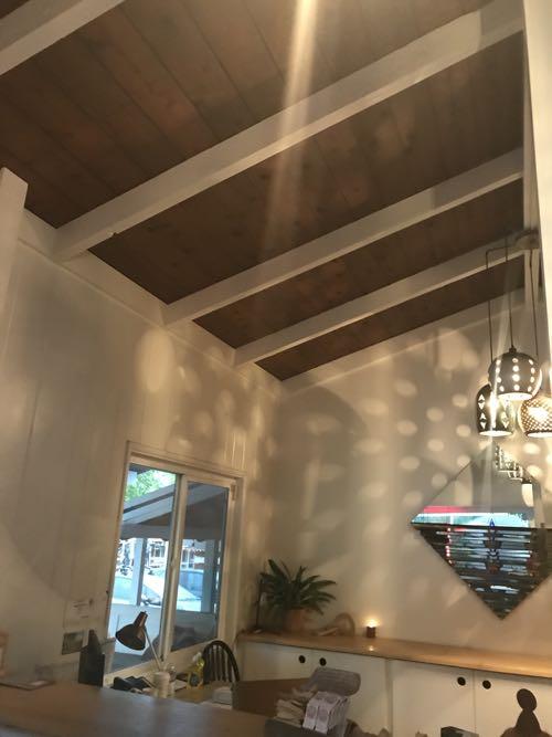 天井の茶色の板、そして細めの白い梁