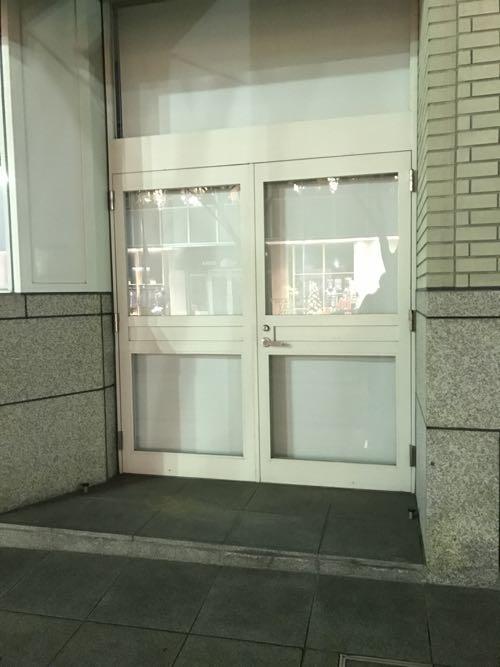 透明ガラスのドア