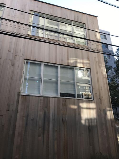 木の外観の建物