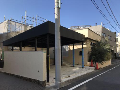 トラックのフォローのような屋根がついたカーポート