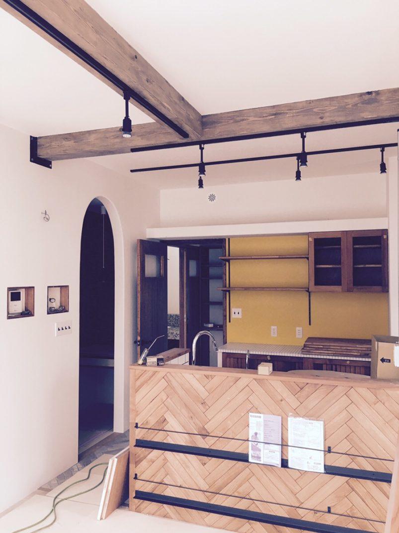 とてもいい感じの食器棚の壁に塗られた黄色の色