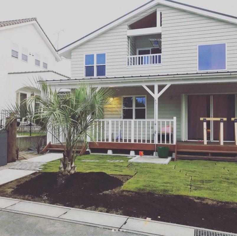 枕木やレンガで仕上げたカリフォルニアテイストの家と庭