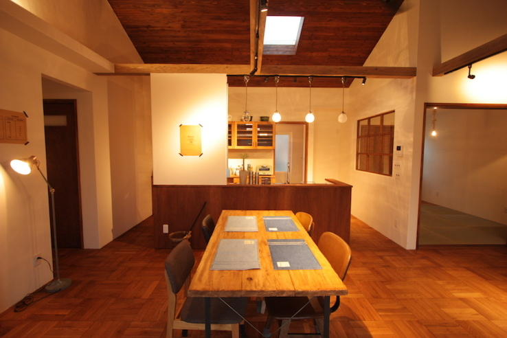 大きな勾配天井とアイランドキッチンがおしゃれな平屋