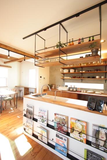 アイアン×ウッドのオープン棚で見せる収納がブルックリンスタイル