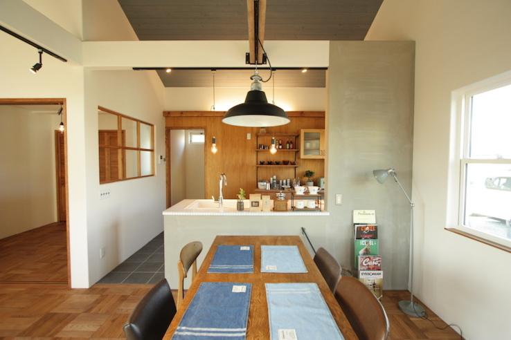 モルタル仕上げの壁のあるキッチン・ダイニング