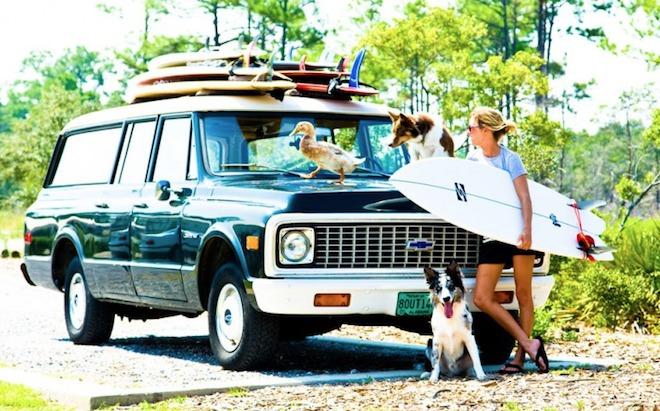 サーフボードとSUV車