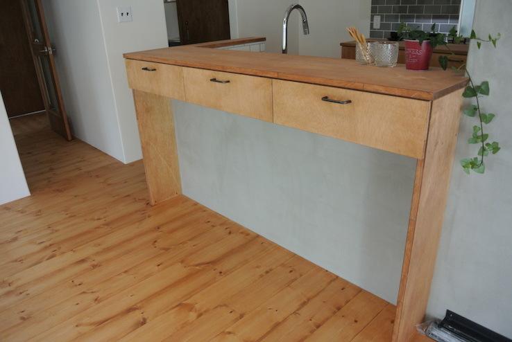 キッチンのコンクリート壁とリビングを中心にした自分らしさのあるおうち