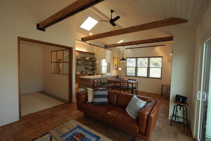 高さを活かした天井とシーリングファンがおしゃれな平屋