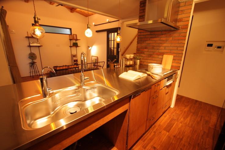 広いステンレス天板のキッチンがかっこいいブルックリンハウス