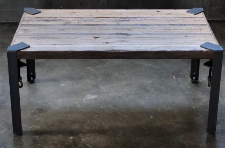 クランプの足のテーブル
