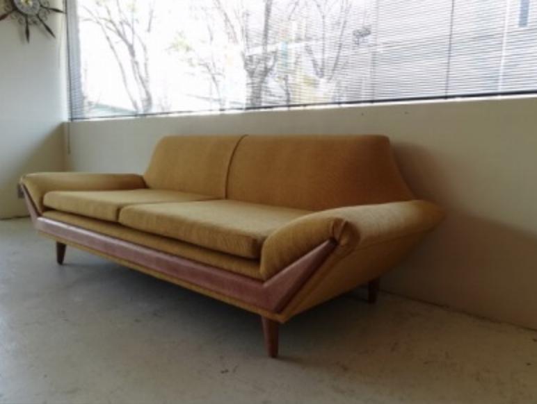 からし色のソファー