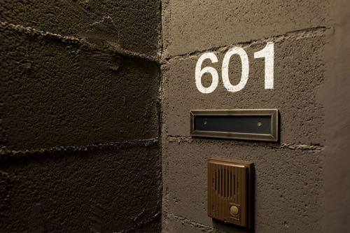 壁に直接部屋番号を書いた壁