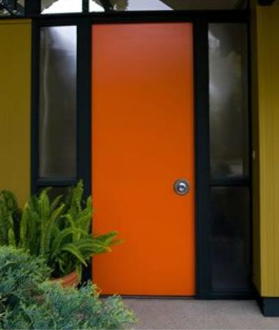 オレンジ色のかっこいいドア
