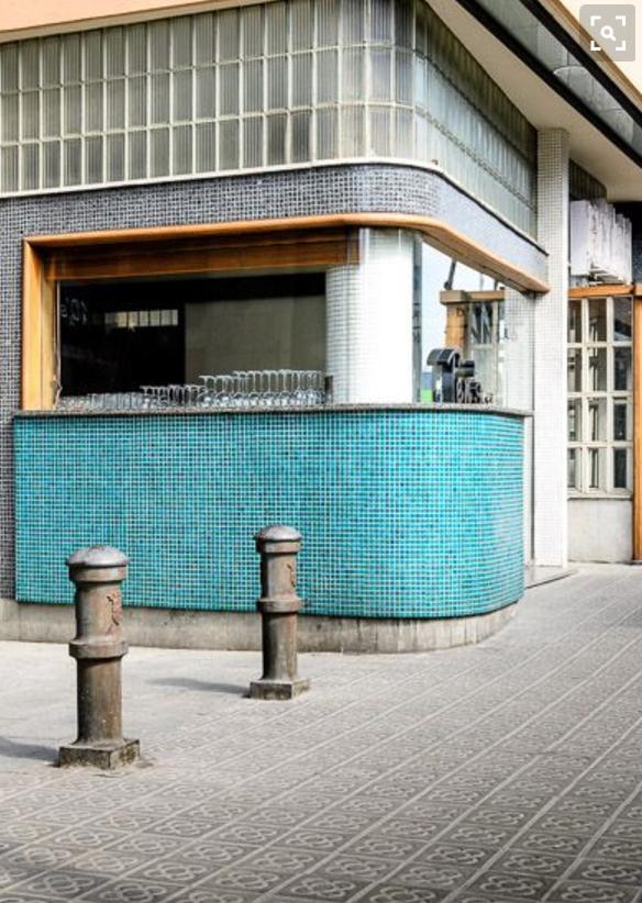 ブルーのタイルが素敵なレトロモダンなお店の外観