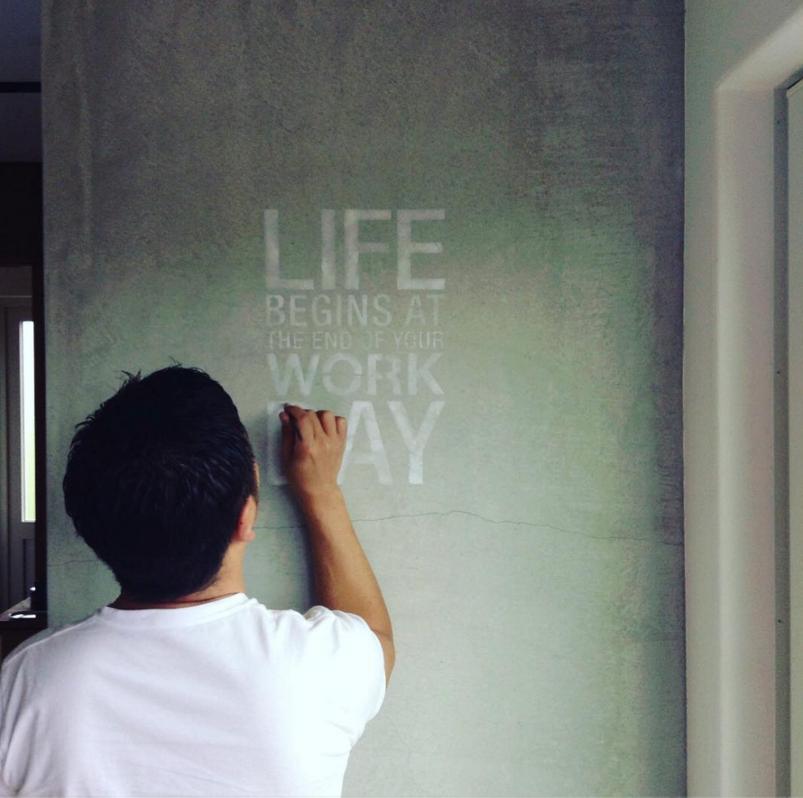 キッチンの壁にステンシルを書いている